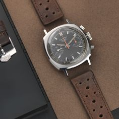 bs-w-292-heuer-camaro-red-brown-07-lr #Mensaccessories #MensWatches Breitling, Panerai Watches, Tag Heuer Automatic, Tag Heuer Aquaracer Automatic, Vintage Watches For Men, Vintage Rolex, Amazing Watches, Cool Watches, Pulsar