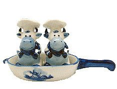 Delft Blue Salt and Pepper Set of Chef Cows (Salt and Pepper shakers) sitting in frying pan - Hand painted - See our collection for unique Delft Salt & Pepper Shakers and other Porcelain items! Salt And Pepper Chicken, Salt And Pepper Set, Salt And Pepper Restaurant, Cow Ornaments, Cow Kitchen, Himmelblau, Duck Egg Blue, Salt Pepper Shakers, Delft