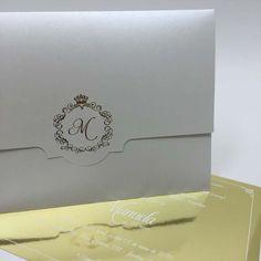 Convite personalizado, envelope branco com cartão dourado e logo com a inicial da Manu. Muito cuidado em cada detalhe, para que tudo ficasse perfeito.