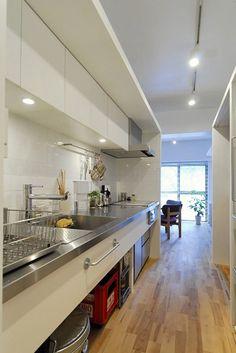 広々造作キッチン。雑多になりやすいキッチンは、視界をさえぎる程度に仕切りながらも、気配や空気は繋がるようにプランニング。