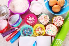 Pasta di Zucchero http://www.lovediy.it/tecniche/pasta-di-zucchero/ La #pasta-di-zucchero, conosciuta come nei paesi anglosassoni con il termine #fondant, è una pasta #modellabile dalla consistenza simile alla plastilina, ottenuta con #zucchero-a-velo, glucosio, colla di pesce ed acqua. Si presenta come una pasta elastica dal colore bianco lucido, ma può essere anche colorata con #coloranti-alimentari...