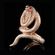 Anillo de la serpiente de cristal austriaco Elegante anillo de serpiente cobra chapado en oro, con adornos de cristal austriaco.