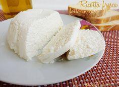 La ricotta fresca senza caglio è facile e veloce da preparare in casa.Si usa il siero avanzato dalla preparazione del formaggio fresco, latte, limone e sale