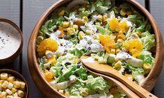 Com iogurte grego, tangerina, mel e hortelã, esta salada de couve-chinesa é uma opção perfeita para o verão.