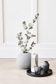 Eleganter Skandi Flair mit einer Kugelvase aus grauem Porzellan und Eucalyptus Zweigen. // Vase rund Blumenvase Blumen