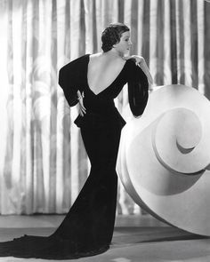 Fashion: The Decade's Most Glamorous Looks - Glamour Lifestyle Vintage Vogue, Vintage Glamour, Glamour Hollywoodien, Mode Glamour, Old Hollywood Glamour, Vintage Hollywood, Hollywood Fashion, 1930s Fashion, Timeless Fashion