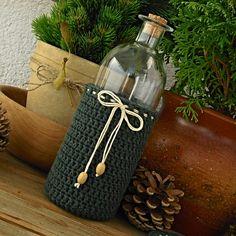 Zelený+návlek+vysoký+Háčkovaný+návlek+(košícek,+obal)+ze+silné+bavlněné+příze+značky+Drops+Muskat+,+ozdobený+smatanovou+přízí+a+dřevěnými+korálky.+Můžete+jej+navléknout+na+sleněnou+láhev,+seříznutou+plastovou+láhev,+svíčku+či+jen+tak+postavit+jako+dekoraci.+Záleží+jen+na+vaší+fantazii.+Výrobek+je+mírně+elastický,+přesto+dobře+drží+tvar.+Rozměry:...