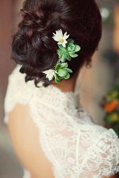 peinado novia,detalles de flores blancas en el moño
