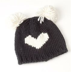 Gorro de lana con corazón Knitted Fabric, Knitted Hats, Knit Crochet, Poncho Lana, Baby Hats, Diy Fashion, Knitting Patterns, Winter Hats, Christmas Gifts
