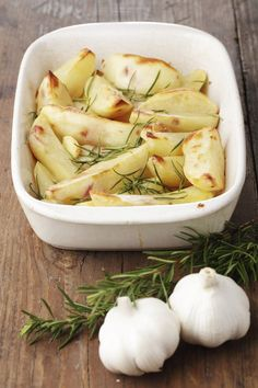 Pommes de terre rôties, une recette au top. Pensez à l'agrémenter de thym ou de romarin, avec du gros sel, miam !