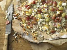 Knuspriger Zwiebelkuchen - mit bunten Trauben und Schafskäse - smarter - Kalorien: 459 Kcal - Zeit: 40 Min. | eatsmarter.de Zwiebelkuchen mit Weintrauben – ein Traum!