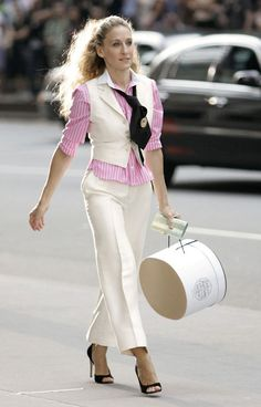 Rétrospective : Carrie Bradshaw in white cropped slacks, vest and pink pinstripe shirt with a tie