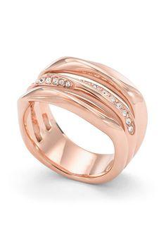 Ring, »JF01321791«, Fossil.  Unwiderstehlich interessant und elegant präsentiert sich dieser glänzende Ring aus massiven, roségoldfarben IP-beschichtetem Edelstahl. Funkelnde Glassteine und ein Zirkonia (synth.) auf der Innenseite runden das sinnliche Design ab. Das Schmuckstück ist im Verlauf ca. 7 - 13 mm breit. Eleganz, Sinnlichkeit, Einzigartigkeit, Glamour - selten kann ein Ring so viele E...