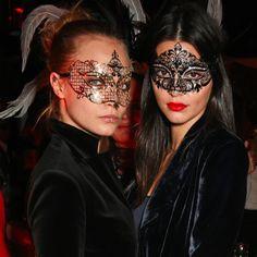 Pin for Later: Kendall Jenner et Cara Delevingne Sortent les Masques et la Dentelle Lors D'une Soirée à Londres