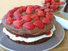 Tarta de chocolate, nata y fresas. Fet!