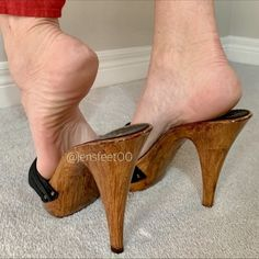 Feet Soles, Women's Feet, Frauen In High Heels, Feet Gallery, Wooden Sandals, Foot Pictures, Gorgeous Feet, Female Feet, Beauty Photography