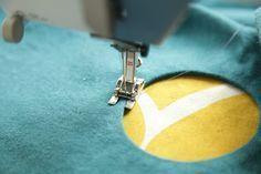 Pour tourner autour du trou en faisant une couture bien régulière : utiliser le pied ouvert et laisser une partie descendre dans le trou pour guider ! Attention au réglage de l'aiguille en largeur -- la mettre vers la droite !