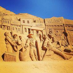 Esculturas na areia. O velho oeste, nas areias da Dinamarca. Esculturas na areia. Festival Internacional de Escultura na Areia em Ringkøbing-Skjern, Dinamarca.  Fotografia: Julochka no Flickr.