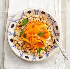 Ensalada de cuscús, garbanzos y lazos de zanahoria