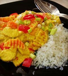 Zelfgemaakte gele curry met kip, kurkumma en zero rijst. Makkelijk voedzaam en laag in koolhydraten. #koolhydraatarm #kurkumma #rijst #curry #kip