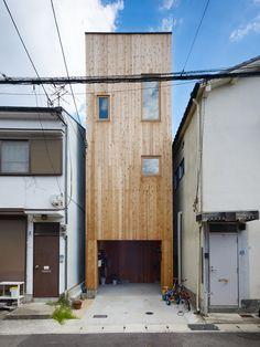 Fujiwaramuro Architects a conçu une maison étroite, en centre-ville résidentielle mesurant seulement 36.95 m² dans Nada, Kobe, au Japon.