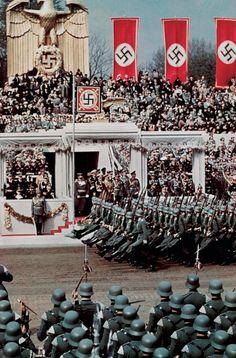 """Soldados desfilando con el llamado """"paso de ganso"""" ante el Führer en honor de su 50º cumpleaños, 20 de abril de 1939. Menos de cinco meses después, el 1 de septiembre, las fuerzas del Tercer Reich invadieron Polonia."""
