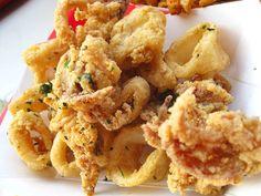 Make this classic Greek calamari recipe. The squid is dredged in flour before frying, giving it a crispy, golden-brown breading. Calamari Recipes, Squid Recipes, Seafood Dishes, Seafood Recipes, Gourmet Recipes, Appetizer Recipes, Cooking Recipes, Snacks, Recipes