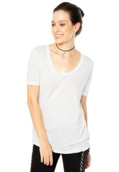 Camiseta Colcci Clean off-white com modelagem reta, decote arredondado e mangas curtas.Confeccionado em tecido macio e confortável.Busto: 108cm/ Comprimento: 70cm. Tamanho: P. Medidas da Modelo: Altura 1,70m / Busto: 80cm / Cintura: 58cm / Quadril: 88cm.