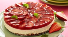 En lækker cheesecake til dig, der følger slankekuren LCHF. Healthy Cake, Healthy Sweets, Real Food Recipes, Dessert Recipes, Yummy Food, Low Carb Cheesecake Recipe, Cheap Clean Eating, Danish Food, Strawberry Cheesecake