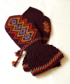 Finnish Lapland mittens, traditional pattern with a modern twist   Lapin lapaset, luumu (9309) #mittenS:-)