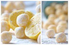 """Praline al limone e cioccolato bianco  70gr burro, 250gr cioccolato bianco, 3 cucchiai di panna liquida, 1 cucchiaio di succo e la buccia grattugiata di 1 limone, un pizzico di sale e zucchero a velo per infarinare le praline. Sciogliere a bagnomaria il cioccolato, il burro, unire gli altri ingredienti, coprire con pellicola e raffreddare in frigo. Manipolare velocemente facendo delle palline """"infarinandole"""" con lo zucchero a velo e mettere nuovamente in frigo"""