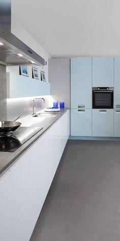 Om het hoogglans wit niet te laten overheersen in deze keuken, is de apparatenwand uitgevoerd in lichtblauw zijdeglanslak. Een bijzonder frisse combinatie! #kellerkeukens #keukeninspo #lichtekeuken #wittekeuken #modernwonen #strakdesign #hoogglans #zijdeglans Arctic, Kitchen Cabinets, Bathtub, Living Room, Blue, Home Decor, Kitchens, Interiors, Standing Bath