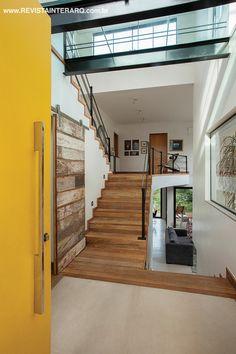 A arquitetura desta casa tirou o máximo de proveito do formato triangular do…