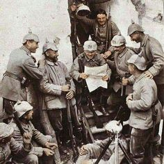German soldiers resting and talking over a newspaper. Wilhelm Ii, Kaiser Wilhelm, World War One, First World, Ww1 Photos, Warring States Period, German Uniforms, War Photography, German Army