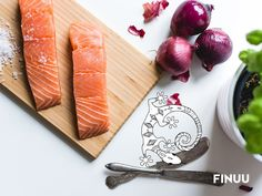 Żeby pieczony łosoś nabrał jeszcze większego aromatu, dodaj odrobiny masła solonego Finuu. Odkryjesz w nim tradycyjną Finlandię! :-) #finuu #finland #finnishfood #inspiracje #losos #salmon #maslo #pieczenie
