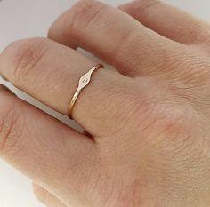 Deze prachtige sierlijke gouden gevuld ring is de perfecte stapelen ring! We hebben een dunne gouden gevulde band genomen en gehamerd het platte en vervolgens het is gestempeld met de eerste letter van uw keuze. Its dainty nog stevig HOE TE BESTELLEN- -Kies de grootte van de ring in de