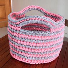 In love por esse cestinho . #cesto #cestino #basket #rosaecinza #listras #parabebes #parameninas #paramamaes #mamys #maedemenina #quartodebebe #quartodemenina #quartodeprincesa #crochet #crochetlove #feitocomamor #amooquefaço #brancaflor