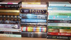 Nicht zuletzt dank der Buchmesse, gab es in den letzten drei Wochen über 30 neue Bücher für mich. Obwohl ich von diesen schon ein paar gelesen habe, weiß ich gar nicht, womit ich jetzt anfangen soll. Was meint ihr?