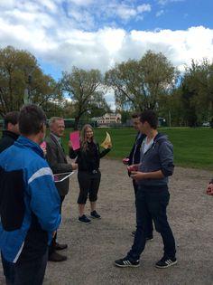 Opettajat ja oppilaat etsivät omat ryhmänsä. Tiila ja Milla opastivat 5 & 6 ryhmää.