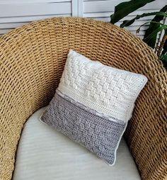 Dit stoere woonkussen, gehaakt in mandensteek heeft in het midden een mooie kabel en wit en grijs. Throw Pillows, Toss Pillows, Cushions, Decorative Pillows, Decor Pillows, Scatter Cushions