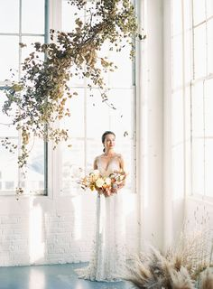 Big windows and white walls can never be wrong! Fall inspired minimalist modern wedding inspiration