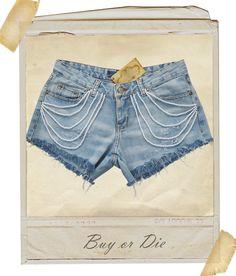 Short jeans destroyed com aplicações de pérolas.