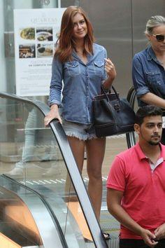 Marina Ruy Barbosa é tietada por fãs no shopping Village Mall (Foto: Wallace…