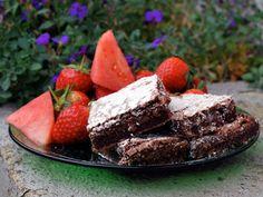 Konditorens brownies - Saftig og deilig brownies som smelter i munnen. Server med vaniljeis, friske bær eller rørt syltetøy. Denne vil du garantert lage igjen