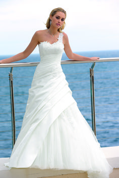 Wedding dresses by Ladybird Bridal are stylish, affordable and have the perfect fit. Also plussize sizes, vintage and bohemian bridal wedding dresses! Cute Wedding Dress, Wedding Dresses Photos, Bridal Wedding Dresses, Dream Wedding Dresses, One Shoulder Wedding Dress, Bridesmaid Dresses, Lace Bride, Elegant Bride, Wedding Styles