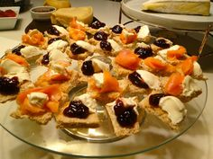 Canapés com pão integral: - cream cheese com salmão defumado e azeite trufado -cream cheese com geléia de amora(mas serve qualquer geléia de frutas vermelhas)