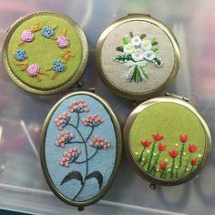 스승의 날 맞이해서 완성된 자수 거울~ #프랑스자수#soso한자수 Learn Embroidery, Hand Embroidery Stitches, Silk Ribbon Embroidery, Vintage Embroidery, Embroidery Techniques, Cross Stitch Embroidery, Hand Stitching, Embroidery Patterns, Bordados E Cia