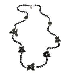 Collier de la collaboration Aaron Jah Stone x Kongo en argent, tourmaline noire, lapis-lazuli et lettres pavés en diamants noirs.