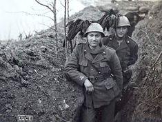 Due+soldati+del+1+Battaglione+Bersaglieri+Volontari+B+.+Mussolini+in+un+attimo+di+pausa+dai+combattimenti+contro+i+Titini+nella+loro+trincea+si+fanno+fotografare+da+un+loro+camerata.jpg (300×226)