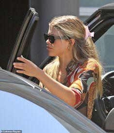 Stylish: Sofia Richie, ran errands on Friday in LA wearing her long hair fastened back. Sofia Richie, Casual Hairstyles, Straight Hairstyles, Celebrity Style Casual, Celebs, Celebrities, Hair Inspo, Cool Girl, Fashion Outfits